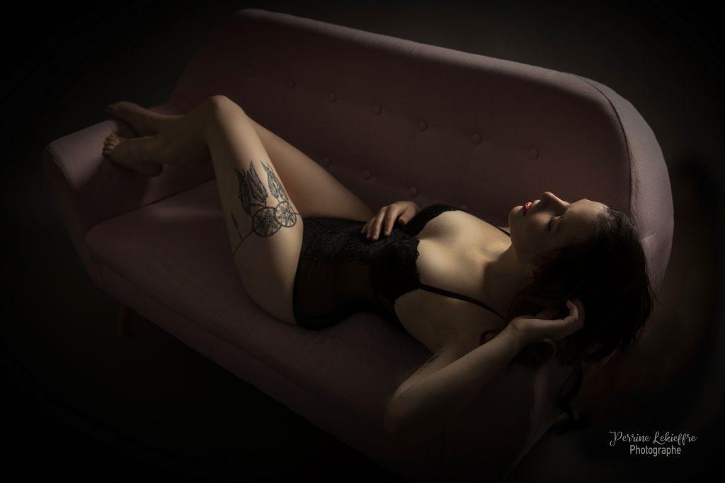 Photo boudoir - allongée sur le canapé