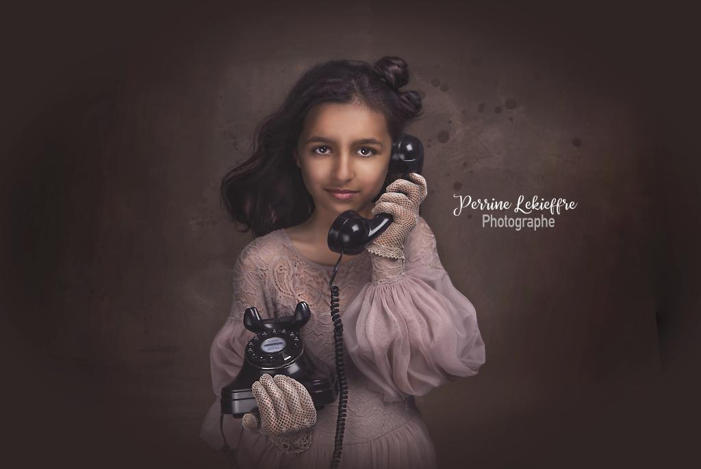 Photo fine-art vintage - jeune fille au téléphone