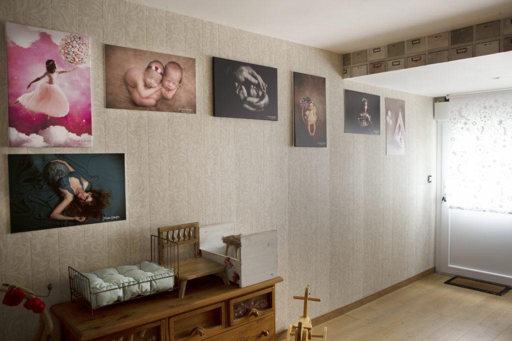 Photo entrée du studio avec des photos de Perrine accrochées au mur