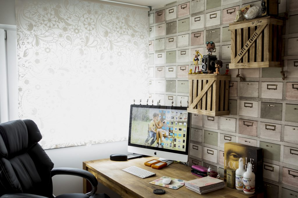 Photo du bureau de Perrine avec son ordinateur pour les retouches photos